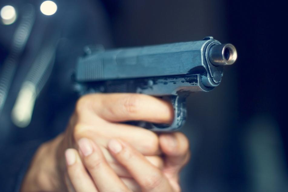 Bewaffneter Mann sorgt für Großeinsatz: Polizist feuert Pistole ab