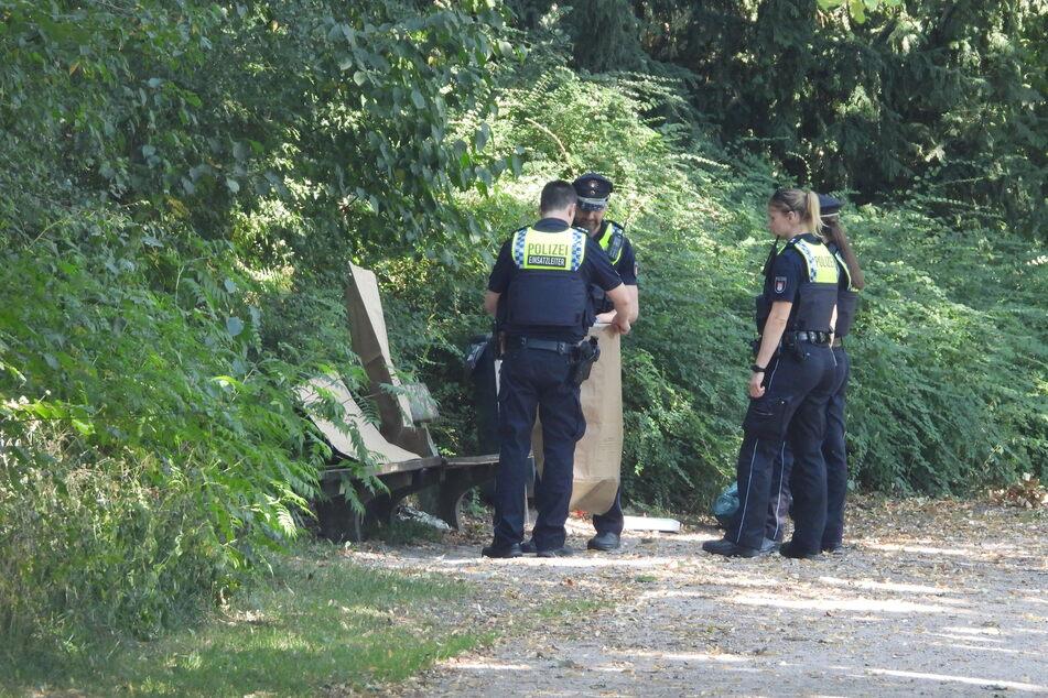 Die Polizeibeamten sichern die verdächtigen Gegenstände.