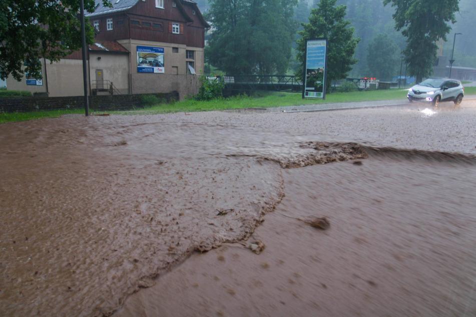 Bei heftigen Unwettern ist eine Straße in Altensteig überflutet worden.