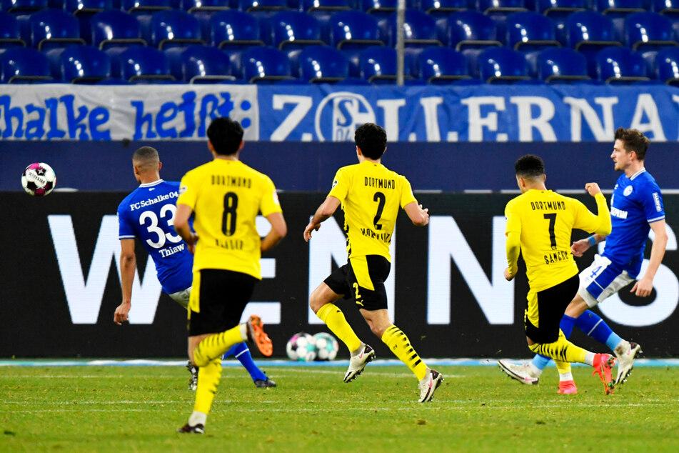 BVB-Angreifer Jadon Sancho (2.v.r.) schlenzt Borussia Dortmund in dieser Szene mit 1:0 in Führung.