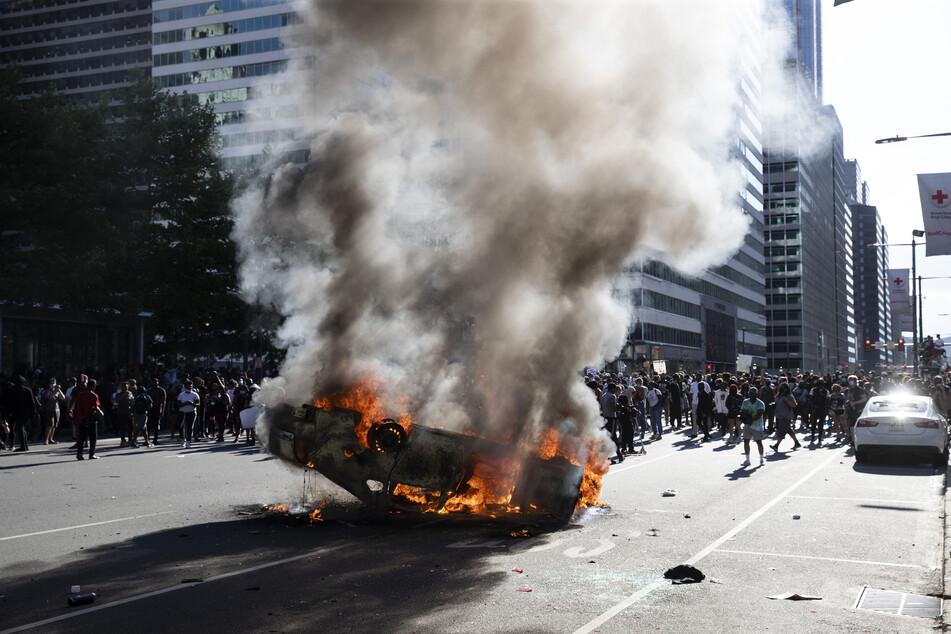 Philadelphia: Ein Polizeifahrzeug brennt während eines Protests in Philadelphia. Der inzwischen aus dem Polizeidienst entlassene weiße Verdächtige sei unter Mordverdacht verhaftet worden, sagte der zuständige Bezirksstaatsanwalt Freeman.
