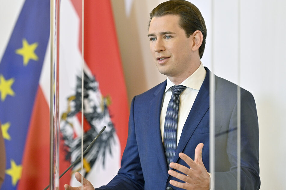 """Sebastian Kurz (ÖVP), Bundeskanzler von Österreich, spricht bei einer Pressekonferenz zum Thema """"Coronahilfe: Unterstützung der heimischen Gastronomie"""" im Bundeskanzleramt in Wien."""
