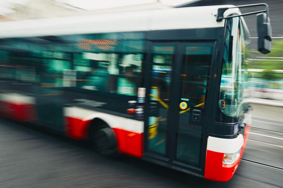 Vermutlich betrunkener Busfahrer hält nicht, Fahrgäste rufen die Polizei