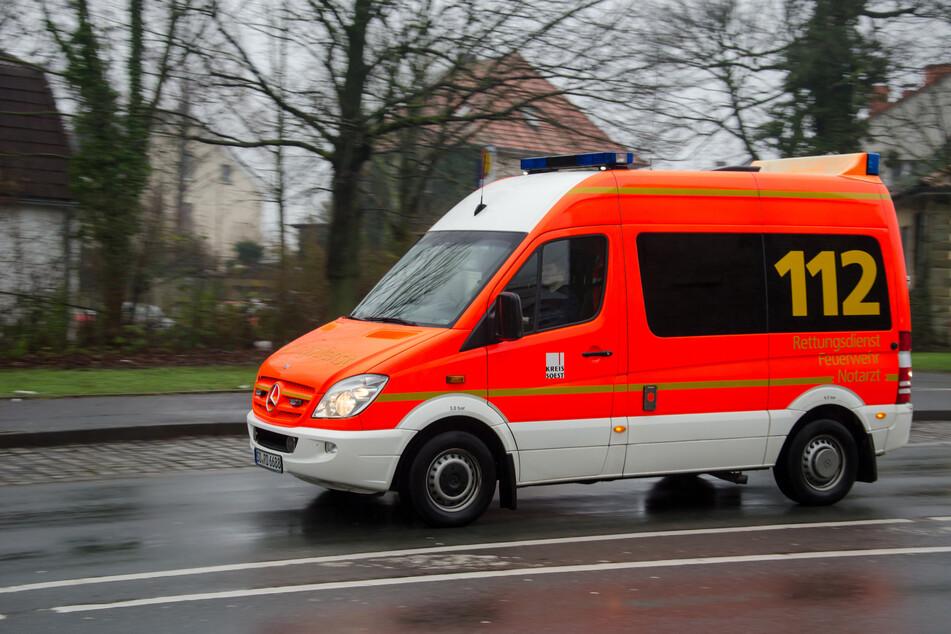 Rettungskräfte brachten das schwer verletzte Ehepaar in ein Krankenhaus. (Symbolbild)