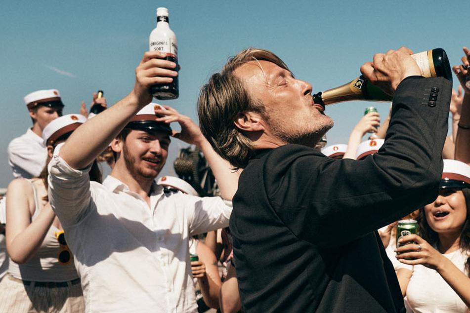 Der Alkohol gibt Martin (Mads Mikkelsen, 55) sein Selbstbewusstsein zurück.