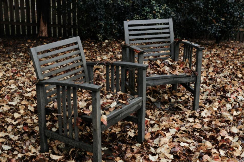 Gartenmöbel aus Holz sollten nicht im Freien überwintern.
