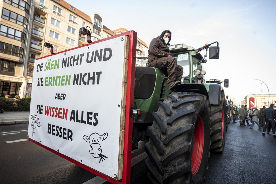 Landwirte demonstrieren am Dienstag mit Traktoren vor dem Bundeslandwirtschaftsministerium in Berlin unter anderem für höhere Preise für Agrarprodukte und weniger Regulierung.