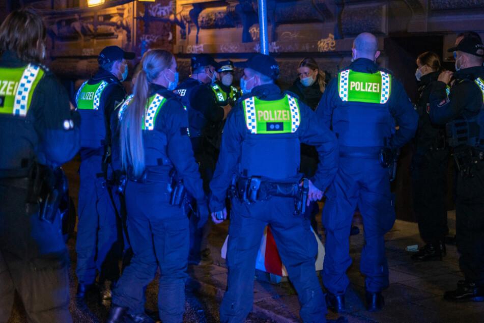 Einsatzkräfte der Polizei stehen vor dem Gebäude in der Münzstraße.