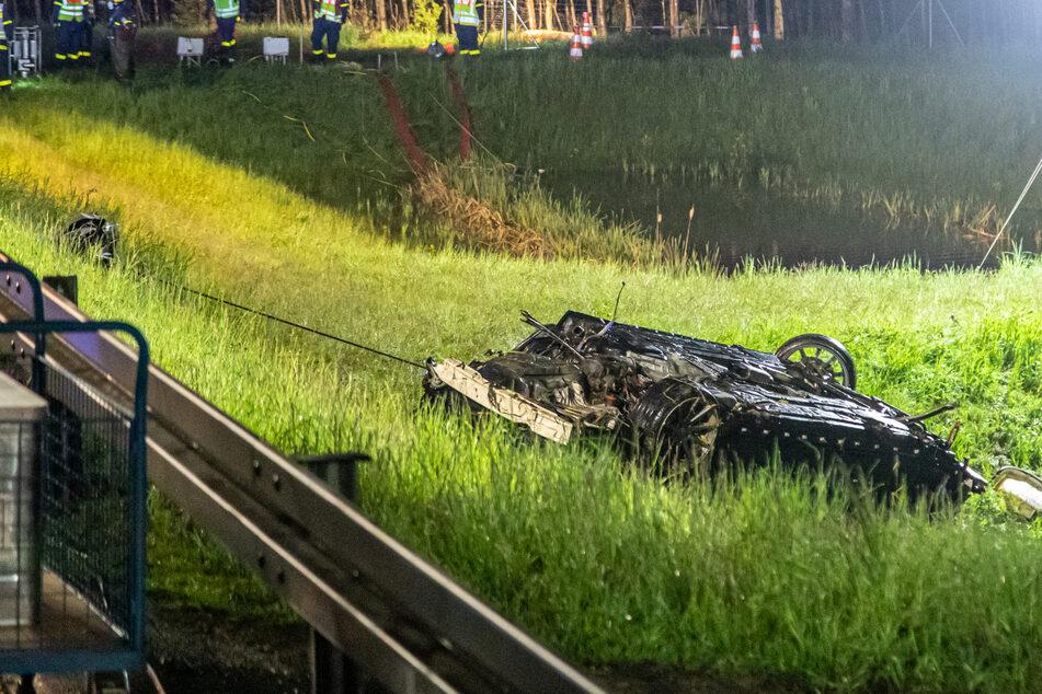 Unfall A72: Tödlicher Unfall auf A72: BMW versinkt in Wasserbecken, zwei 19-Jährige sterben