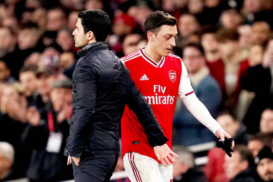 Mesut Özils Trainer Mikel Arteta (l.) wurde positiv auf das Coronavirus getestet.