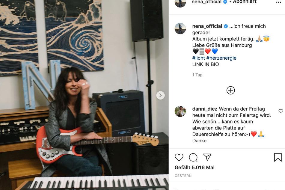 Nena (60) mit roter E-Gitarre.
