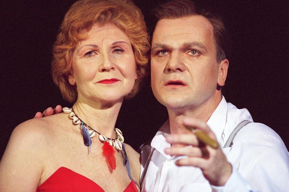 Mit einer Zigarre in der Hand hält der Schauspieler Bernhard Schütz als Bundeskanzler Gerhard seine Frau Doris, gespielt von Irm Hermann, während der Probe an der Berliner Volksbühne im Arm. (Archivbild)