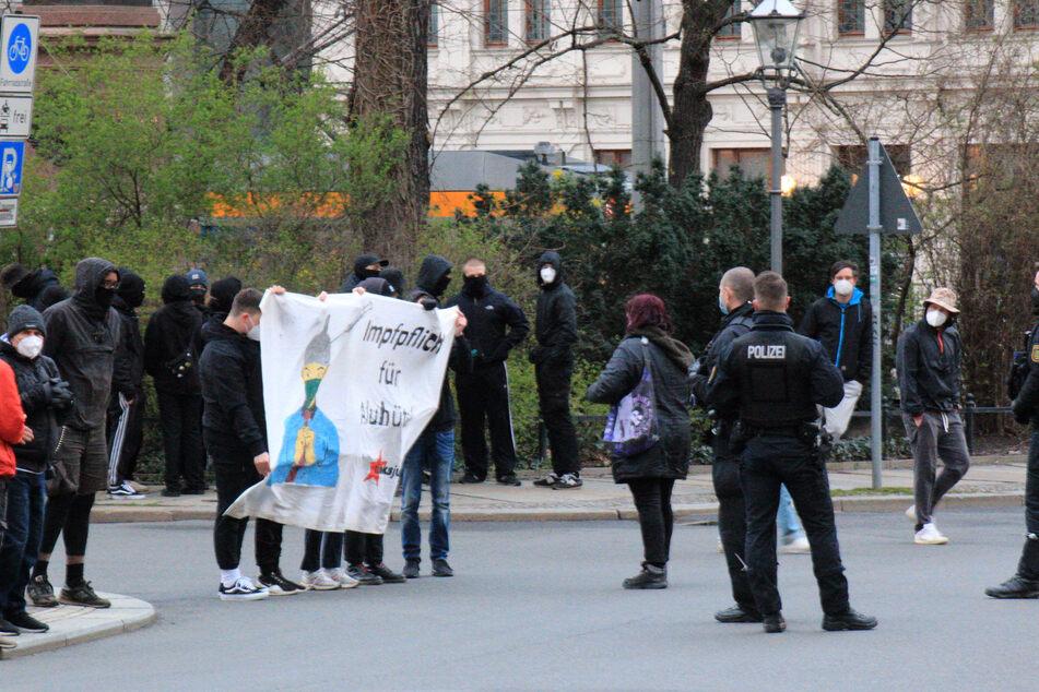 Circa 50 Demonstranten und 50 Gegenprotestanten sammelten sich am Montagabend in der Leipziger Innenstadt.