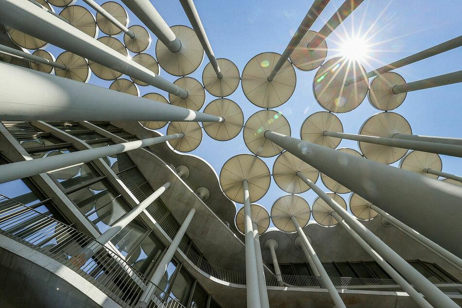 Der Säulengarten besteht aus 159 Säulen mit Sonnenschirm-Bekrönung.
