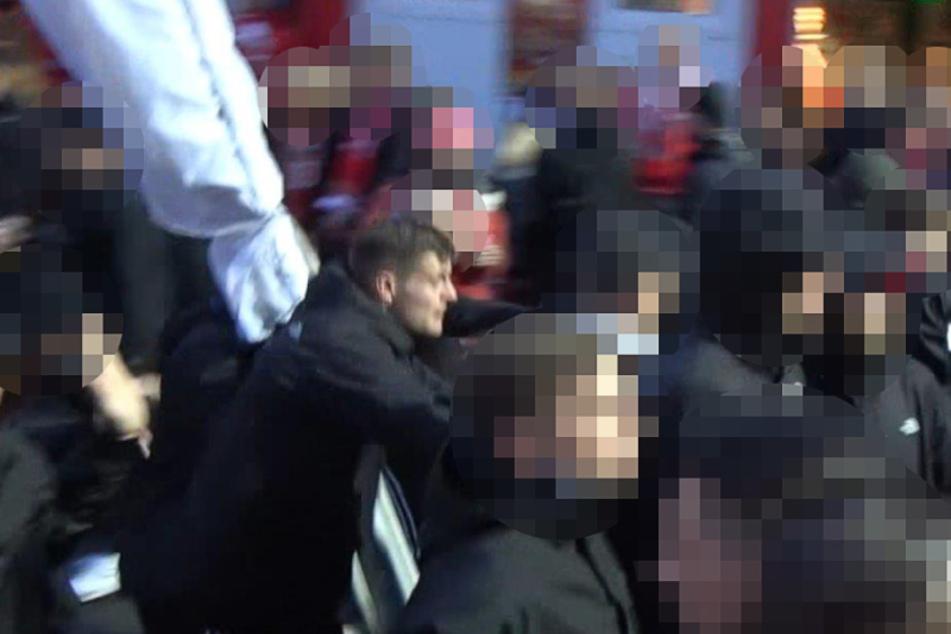 Dieser Fußballfan wird von der Berliner Polizei gesucht.