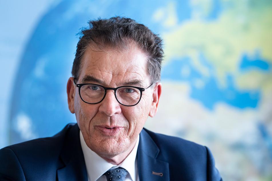 """Entwicklungsminister Gerd Müller (CSU) warnt davor, dass in dem griechischen Flüchtlingslager eine """"verlorene Generation"""" von Kindern aufwachsen könnte."""