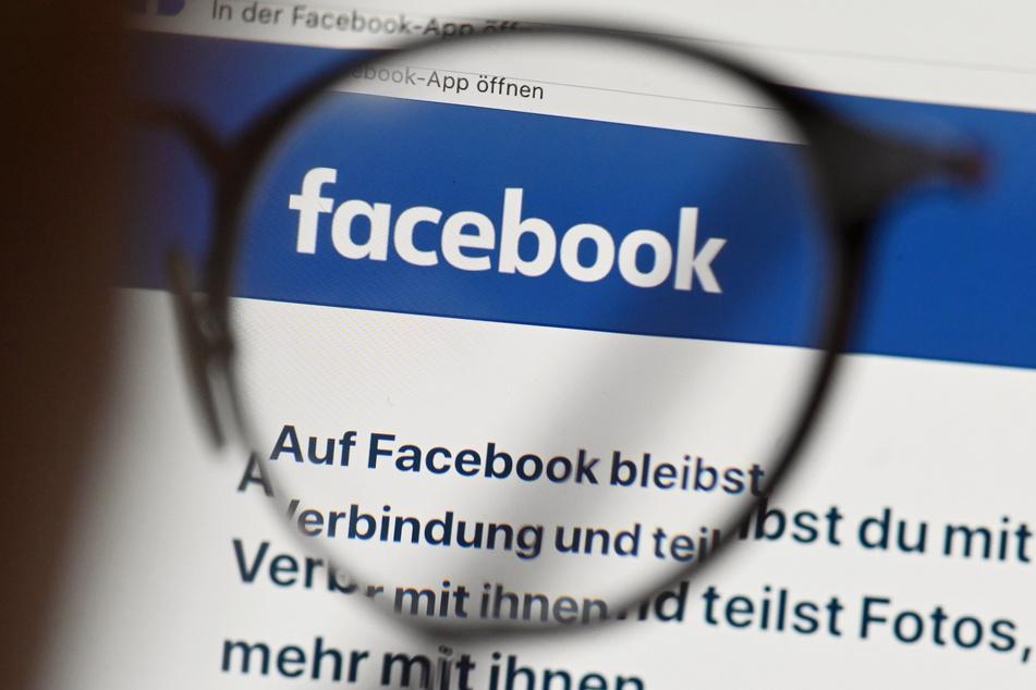 Eine Brille Liegt auf einem Tablet über einem Browser mit der Facebook Annmeldeseite.