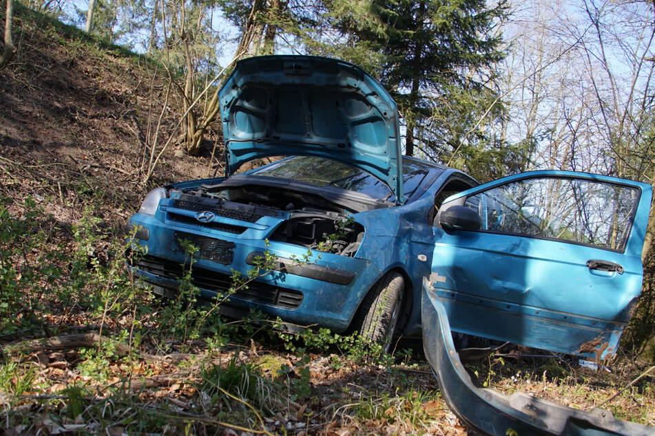 Sechs Meter krachte der 20-Jährige mit seinem Hyundai die Böschung hinunter.