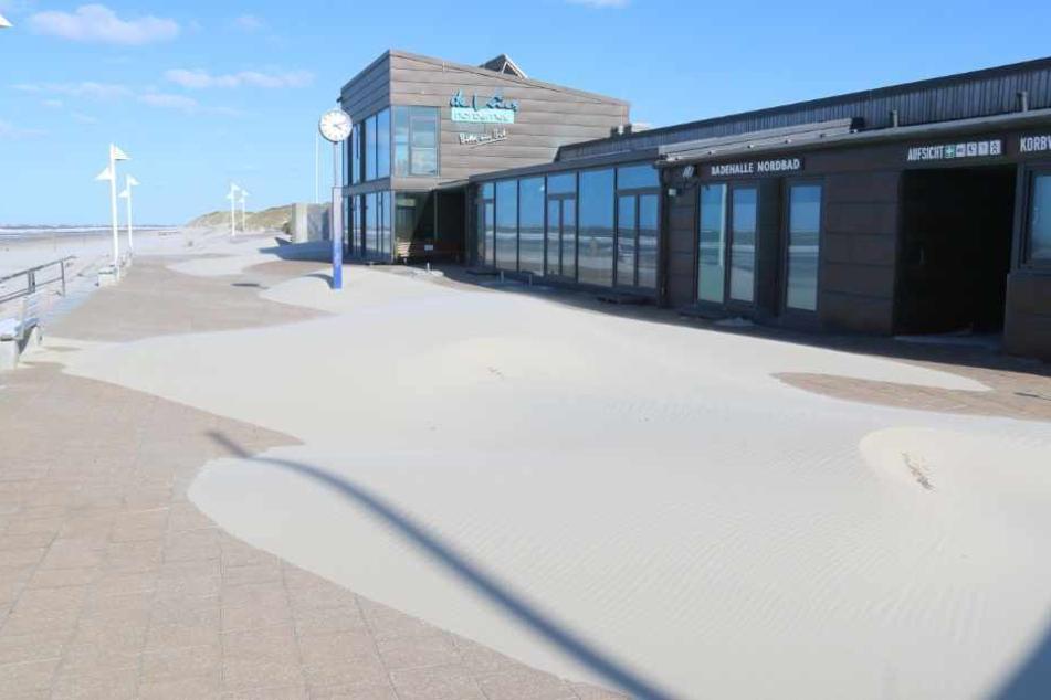 Die Strandpromenade auf Norderney ist menschenleer.
