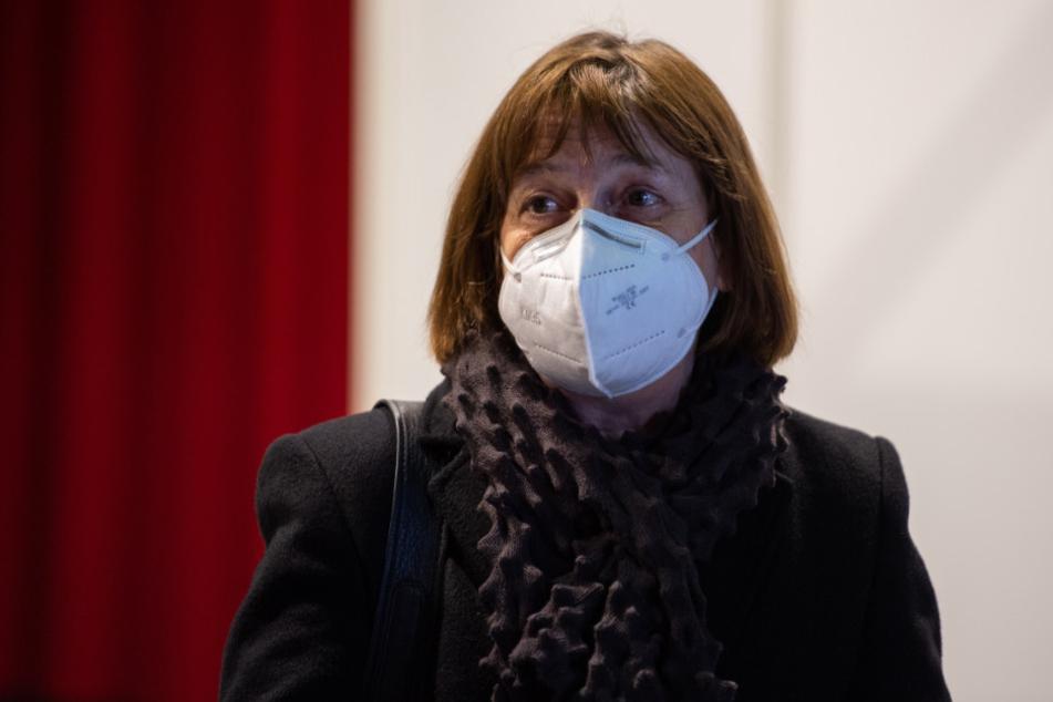 Brandenburgs Gesundheitsministerin Ursula Nonnemacher (63, Grüne) hat angesichts eines schleppenden Starts der Corona-Impfungen und Chaos bei der Termin-Hotline um Geduld gebeten.