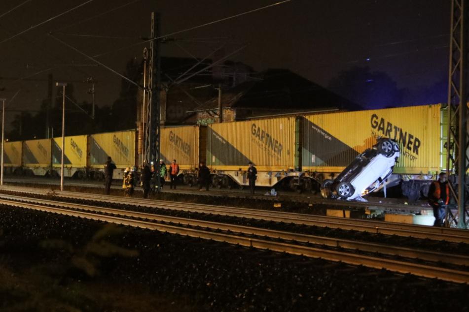 Das Auto wurde von dem Zug mitgeschleift und kam letztendlich in dieser Position zum Stehen.