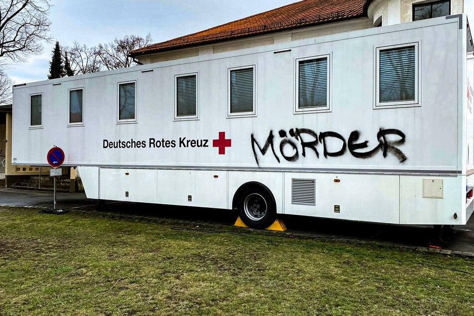 """""""Mörder""""-Schriftzug auf mobilem Impfzentrum: Schmierereien im Vogtland gehen weiter"""