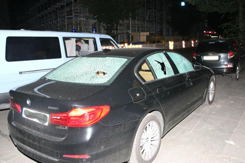 Scheiben an Autos wurden zerstört.