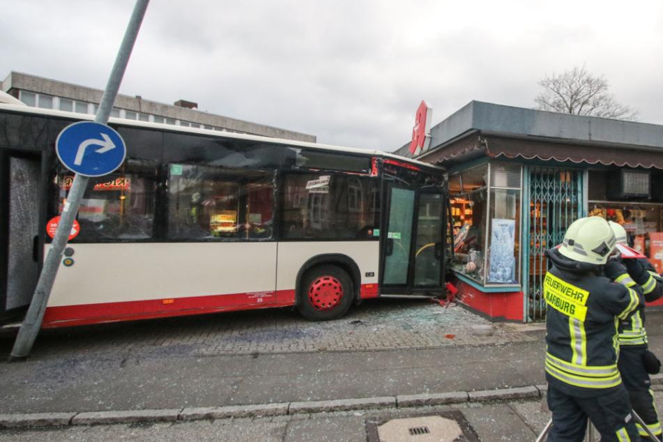 Bus fährt in Schaufenster von Apotheke: 16 Verletzte bei Unfall