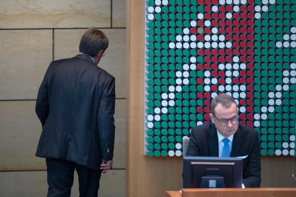 Armin Laschet (60, CDU, l.) verließ den NRW-Landtag. Er reiste zu Frankreichs Präsident Emmanuel Macron (43).