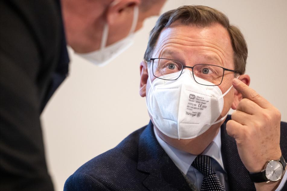 Thüringens Ministerpräsident Bodo Ramelow (65, Linke) gestikuliert mit einer FFP-2-Maske. Seine Regierung wird über die getroffenen Corona-Maßnahmen und deren Umsetzung informieren.