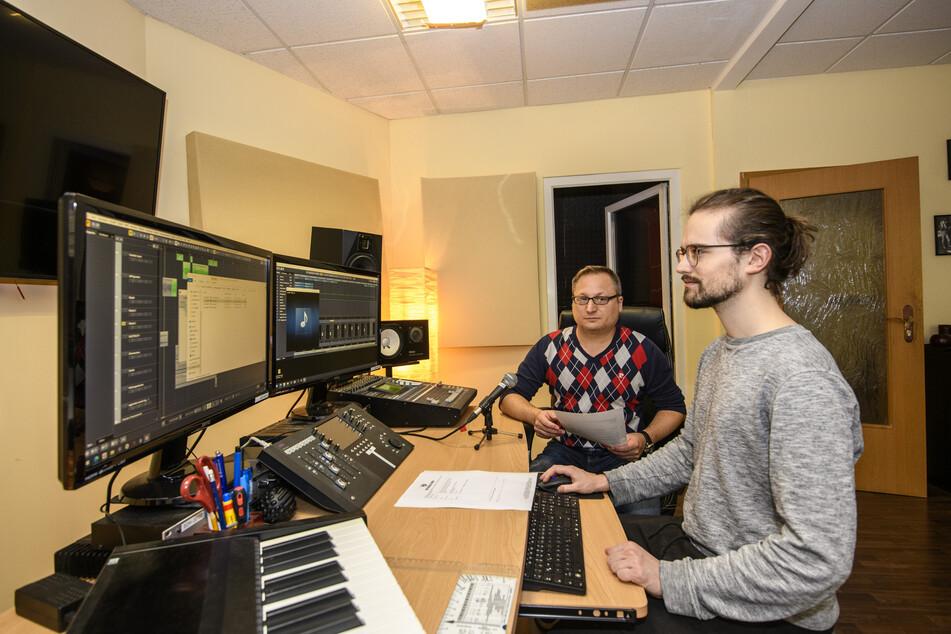 Nach der Aufnahme schneiden und mastern Mitko Kobilarov (50, l.) und Tontechniker Kilian Heinig (24) die Samples.