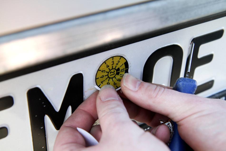 Im großen Stil hat die TÜV-Mafia falsche Plaketten ausgestellt.