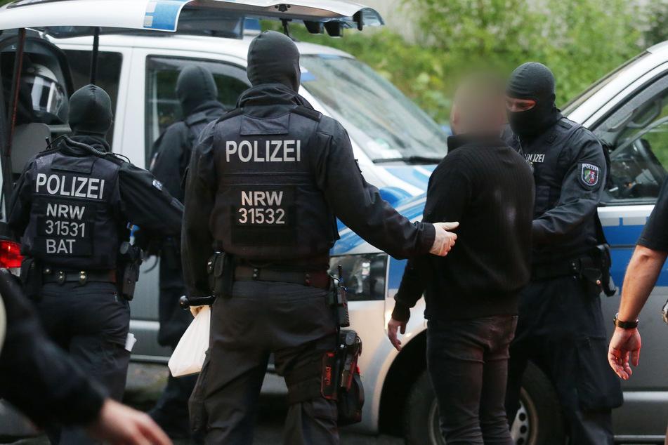 Mit Durchsuchungen mehrerer Dutzend Wohnungen und Cafés sind Ermittler gegen organisierte Rauschgiftkriminalität in Nordrhein-Westfalen vorgegangen.