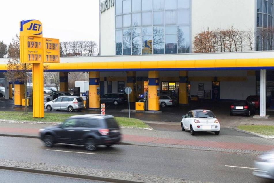 Fahndung: Unbekannter überfällt Tankstelle mit Pistole