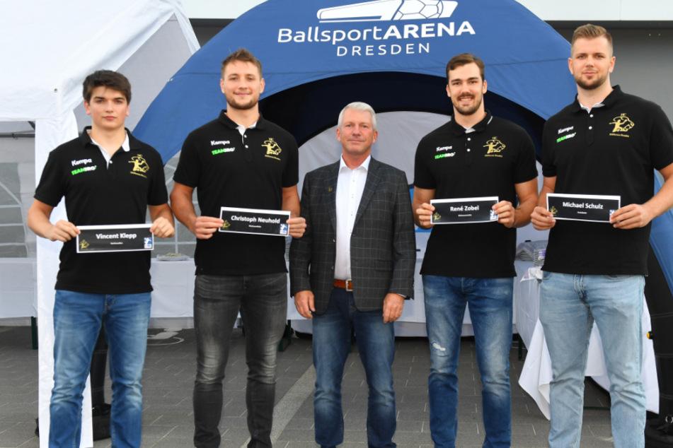 HCE-Präsident Uwe Saegeling (M.) mit den vier Neuzugängen (v.l.) Vincent Klepp, Christoph Neuhold, Rene Zobel und Michael Schulz.