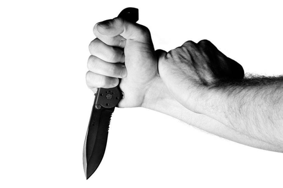 Männer greifen 28-Jährigen an Wohnungstür mit Messer an