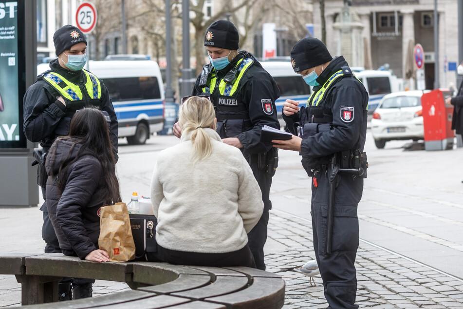 Polizisten kontrollieren verschärfte Maskenpflicht an Hotspots!