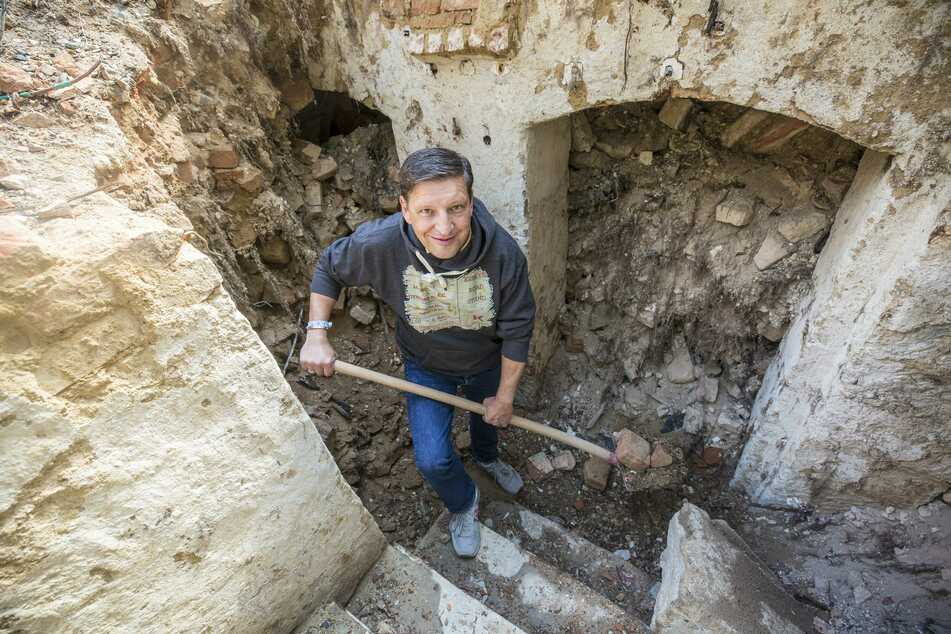 Stadtrat Jens Genschmar (51, Freie Wähler) gräbt sich durch den Keller.