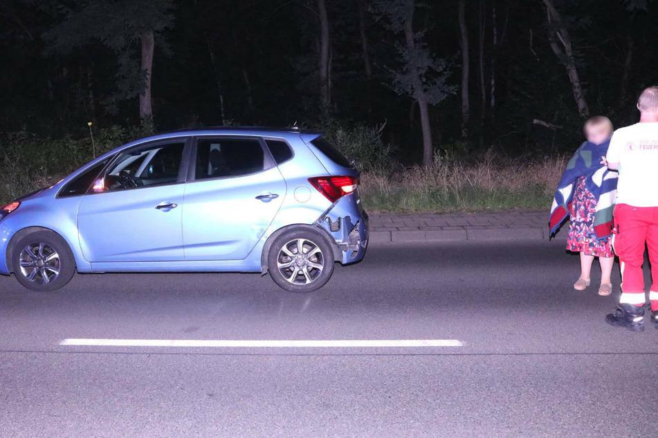 Die Hyundai-Fahrerin wird von einem Rettungssanitäter betreut.