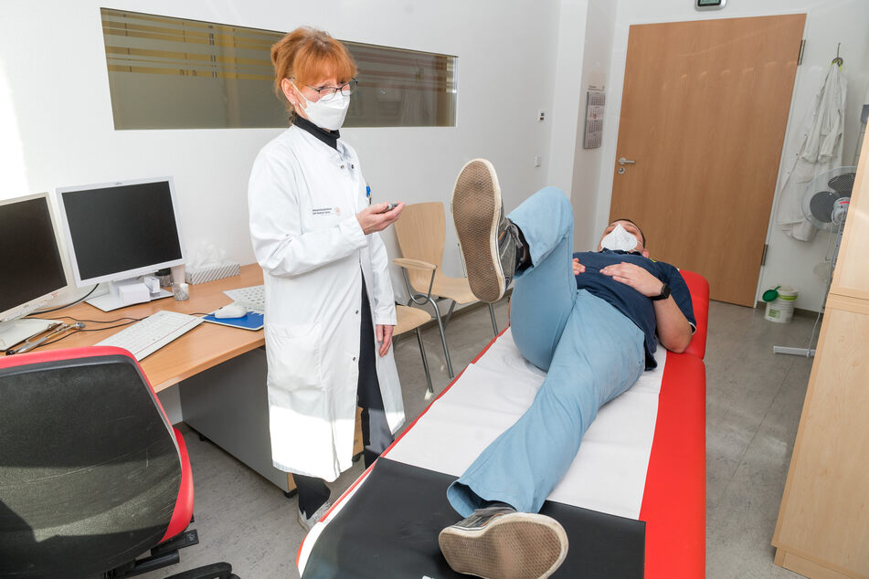 Marcel konnte sein Bein erst gar nicht, heute 76 Sekunden lang heben: Beinmuskel-Ausdauertest mit Dr. Ulrike Reuner (62).