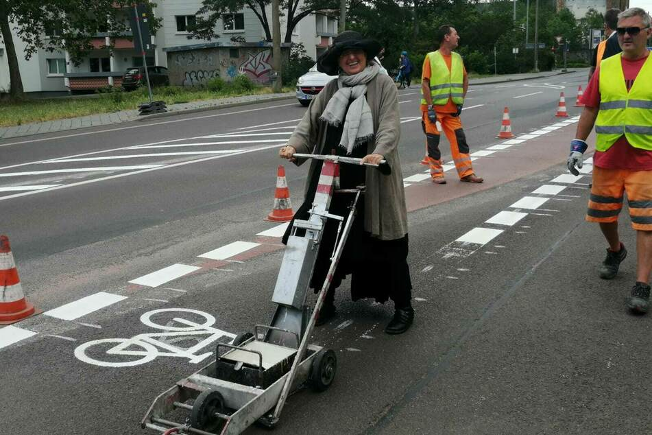 Baubürgermeisterin Dorothee Dubrau legte selbst Hand bei der Markierung des Fahrradweges im Täubchenweg an.
