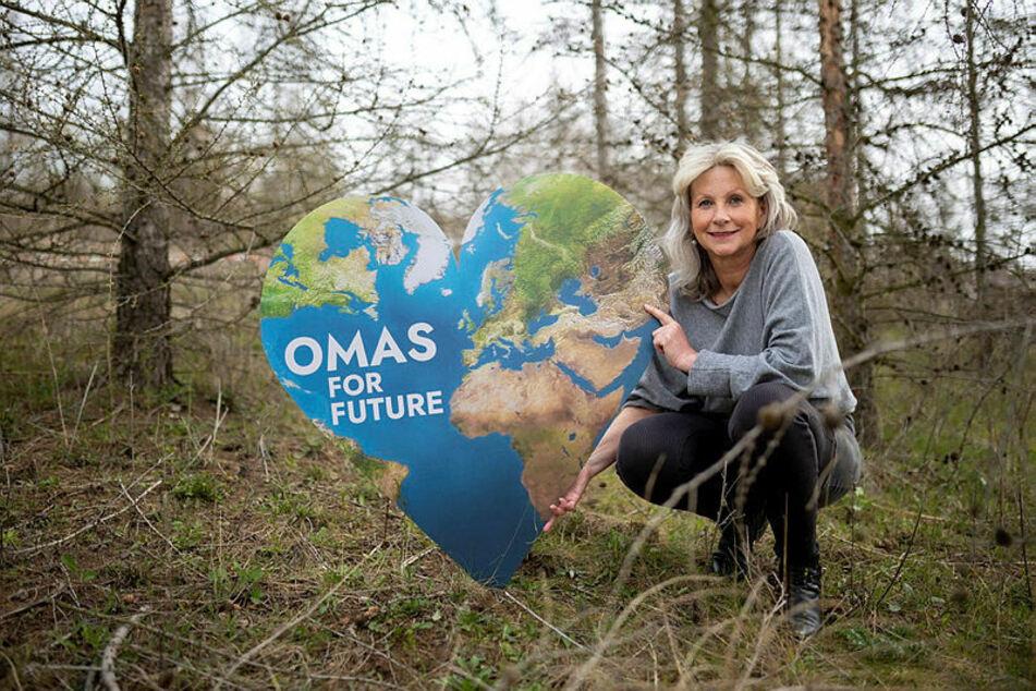 """Cordula Weimann (62) mit dem Zeichen ihrer Bewegung - die Erde als Herz. Fast zwangsläufig habe sich die Idee zu diesem Logo ergeben, sagt sie: """"Weil wir die Natur und die Erde lieben."""""""