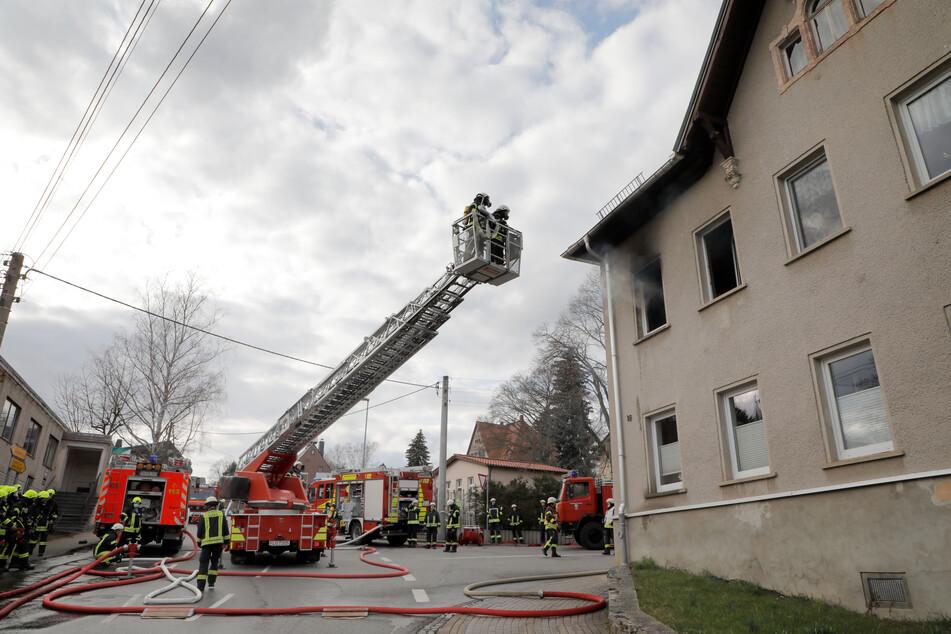 Am Sonntag brannte es in einem Mehrfamilienhaus in Erdmannsdorf. Die Feuerwehr war mit mehreren Fahrzeugen im Einsatz.