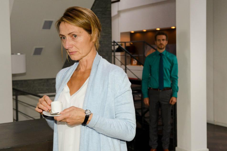 Felix muss mit ansehen, wie seine Mutter Rosa eine Panikattacke erleidet.