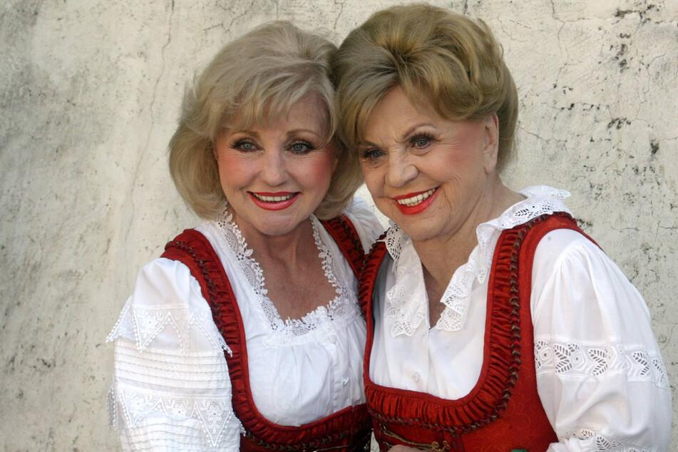 """Volksmusik geht nicht in Rente: Margot (damals 67, l.) und ihre Mutter Maria Hellwig (damals 88) standen noch 2008 für die ARD-Sendung """"Immer wieder sonntags"""" in Rust vor der Kamera."""