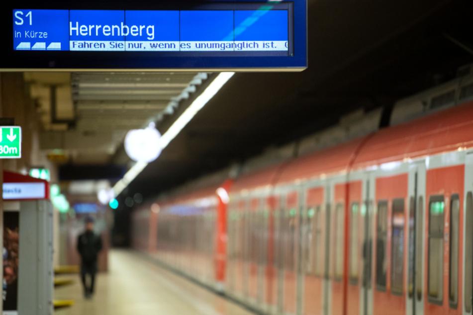 Mann packt Penis in S-Bahn aus und holt sich vor 16-Jähriger einen runter