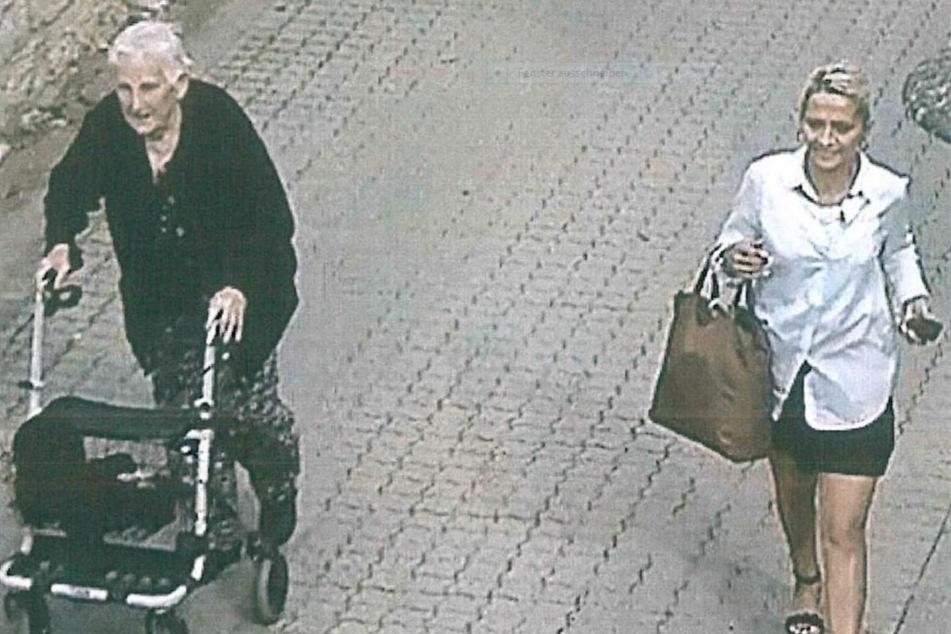 Die Rentnerin und die unbekannte Frau laufen nach Geldübergabe gemeinsam noch ein kurzes Stück. Eine Überwachungskamera filmte die Tat.