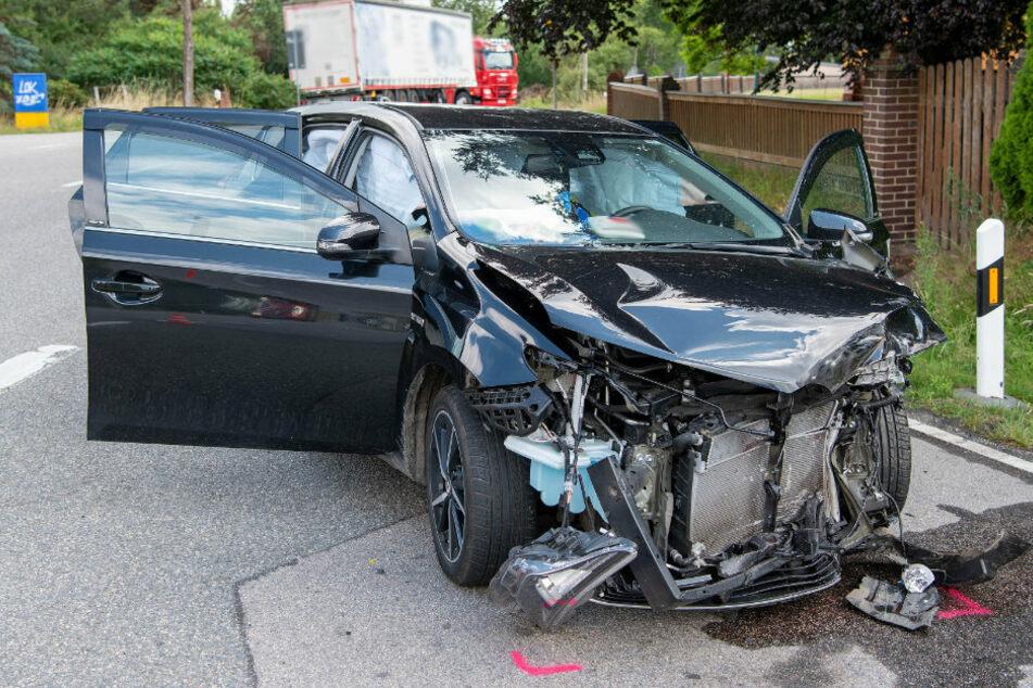 Toyota kracht in Lkw: Zwei Verletzte bei Abbiege-Unfall auf B175