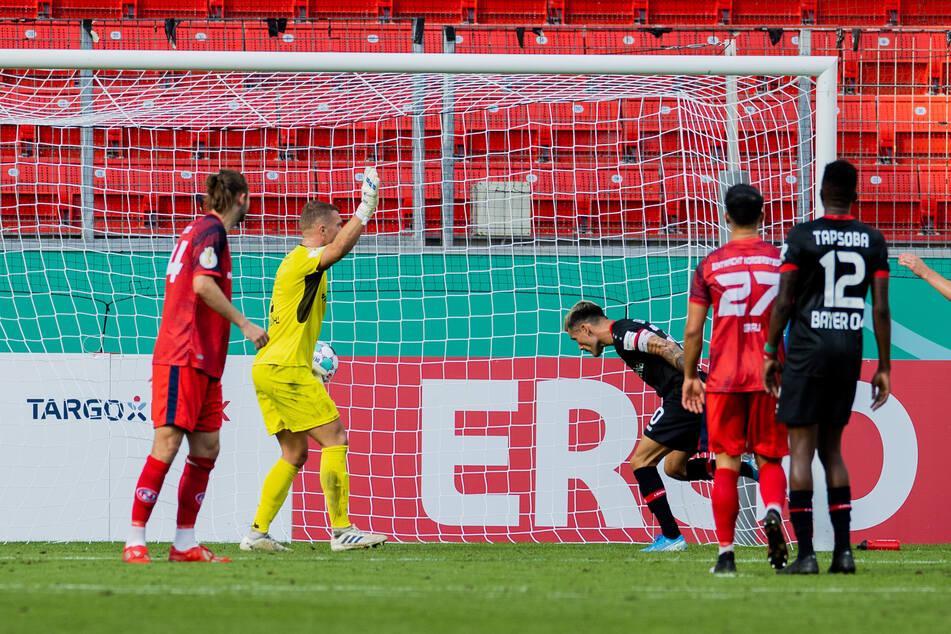Charles Aranguiz (31, 3.v.r.) trifft zum 5:0 für Bayer Leverkusen im DFB-Pokalspiel gegen Eintracht Norderstedt.