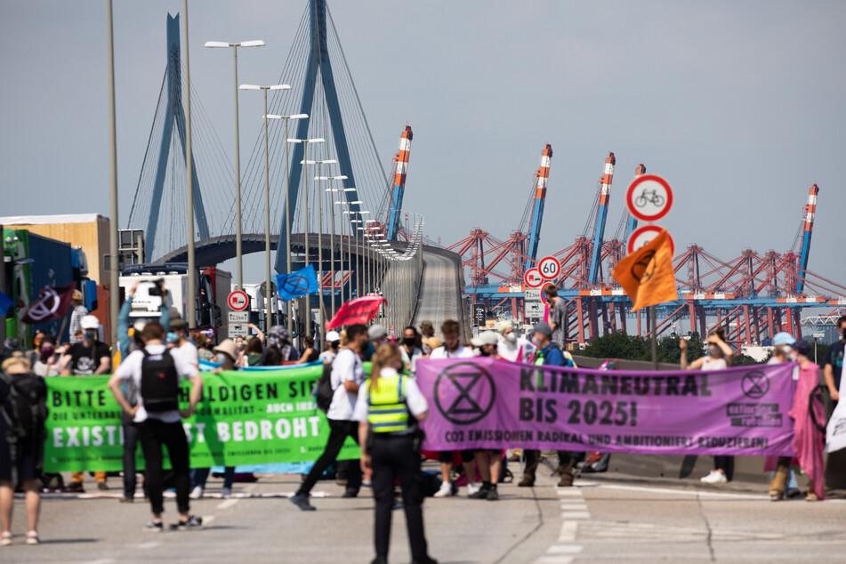 Aktivisten ketten sich an Köhlbrandbrücke in Hamburg